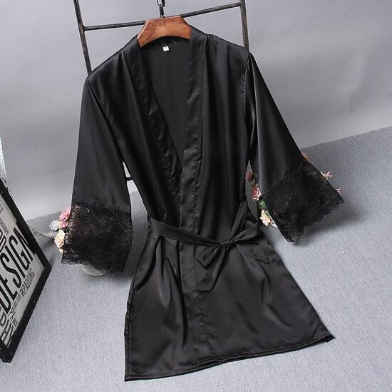 czarny satynowy szlafrok z koronka