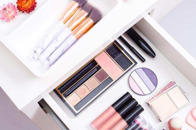 organizacja szuflady z kosmetykami