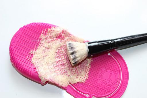 jak czyścisz akcesoria do makijażu